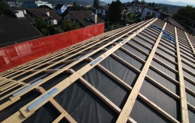 Das Dach ist bereit für den Spengler und die Photovoltaikanlage