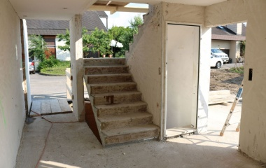 Keller, Wände und die Treppe sind stehen geblieben