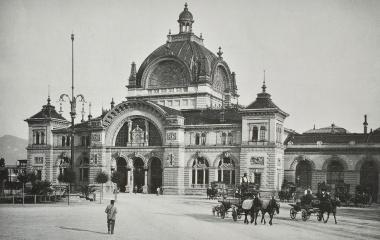 """Bahnhofskathedrale - Portal noch ohne Figurengruppe """"Zeitgeist"""" um 1900"""