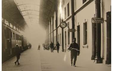Truppen sichern Bahnhof während des Landesstreiks 1918