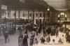 Hutmode in der  Bahnhofhalle um 1900